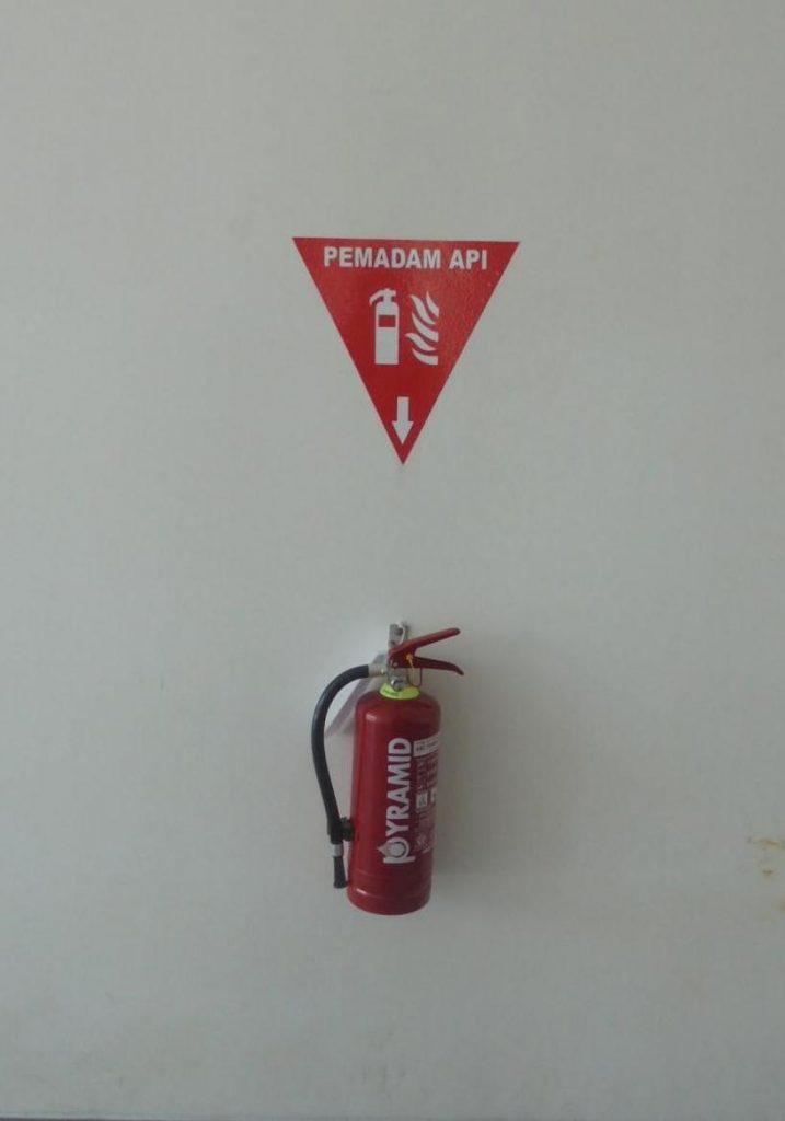 Alat pemadam atau fire extinguisher jenis ABC powder diaplikasikan pada kebakaran klas A, B dan C